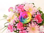 このお花は、大人気のレインボーローズ。 花言葉『無限の可能性』です♪ ステキなお店を一緒に作り上げていきましょう!
