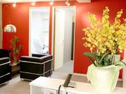 赤い壁やソファ・証明までオシャレなオフィス♪土日祝はきちんとお休みなので、予定も立てやすいのが嬉しい♪*