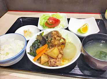 この日のまかないは… まるごと玉ねぎのチキンコンソメ煮! 新鮮野菜を使ったまかないは美味しくてカラダに優しい♪