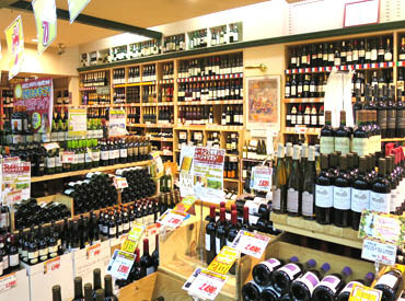 種類豊富なお酒がズラリと並ぶ店内♪ お酒が飲めない方も、飲める方も大歓迎!