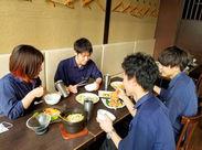 """かまくら型の個室など、どこか""""ほっ""""とするお店です♪夜ご飯は美味しいまかないをみんなでテーブルを囲み「いただきます!!」♪"""