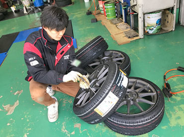 タイヤの取り換え・交換作業時の サポートをするお仕事です♪ 『そこの工具持ってきて~』など 指示があるのでご安心を◎