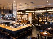 ≪おしゃれでキレイな店内≫ 天井が高く開放的なのも人気の秘密! のびのびと働けるアットホームな環境です☆