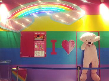 レインボーの壁紙と大きなくまちゃんが目印★仲のいいお店で、楽しみながらバイトしませんか?まずはお気軽にご応募ください♪