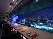 窓際の席は前面ガラス張り!日本丸がキレイに見えるんです♪昼間も夜景もどちらもそれぞれの雰囲気が楽しめます♪