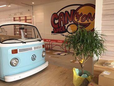 赤・白・黄色の可愛いオフィスで、食堂もオシャレ♪扱うモノも、お仕事場所も、ワクワクが止まらない、楽しい環境です!!!