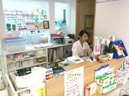 ~薬局内のスタッフは3~5人ほど♪~ かわいらしい≪黄色の建物≫で、 暖かい、ゆったりした雰囲気が流れています◎