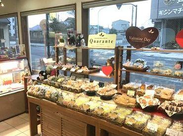 店内にはケーキや焼き菓子など…人気商品がずらり★スイーツ好きにはたまらない環境で、一緒に働いてみませんか♪?