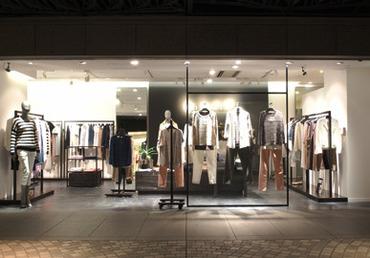 【販売STAFF】――― コンセプトは『New Basic』。シンプルさと質の高いファッションで大人気!【制服あり】私服とMIXで勤務OK◎