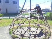 ★子供たちの安全を守ります★ 子供たちが大好きな公園での軽作業です。 簡単な作業ですが子供たちの安全には欠かせません!