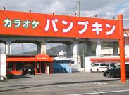 通ればまず目に入るパンプキンカラーの看板!! 友達との応募OK☆オシャレ自由!
