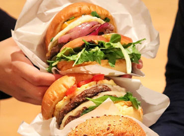 話題のカスタムハンバーガー♪LAを思わせるスタイリッシュな店内で、あなたらしく働きませんか?