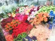 「この花見てたら元気になるわぁ~」「そうでしょう??」 なんて…小さいお店だから、会話を楽しみながらお仕事できますよ◎