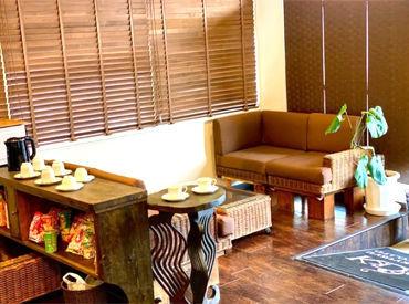 \スタッフにも大好評のオフィス♪/ リフレッシュルームや男女別の更衣室も完備◎ お菓子やコーヒーと一緒に休憩できます♪