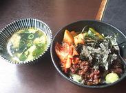 人気のレトロモダンな雰囲気の店内♪ 博多モツ鍋・韓国焼肉が自慢のお店です◎ 美味しいまかないも、もちろんありますよ★