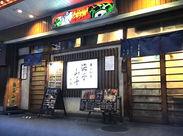 カウンター中心のこじんまりとしたお店です。レトロでシブい雰囲気も人気の理由のひとつ♪