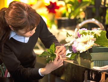 <2~5名のチーム制>慣れてきたら、1人で小さめの装花に挑戦も可能です。重ための装花は数名で移動しますので、ご安心ください!