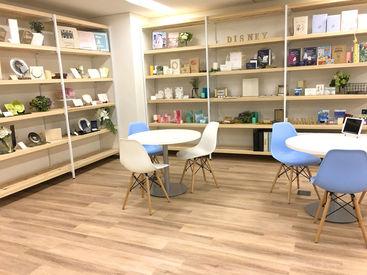\駅近の綺麗なオフィス◎/ 婚礼印刷、年賀状印刷などを行う当社! 日本で一番「おめでとう」を伝えている会社です!
