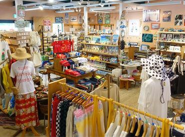 店内にはハワイアン雑貨や、オリジナルTシャツ・雑貨などがたくさん! 地元の人から観光客の方にまで愛されるお店です◎