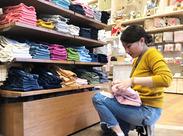洋服を畳んだり、整理したり、商品管理したり… 可愛いお洋服をお届けする準備をしましょう♪