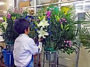 見本の紙を見ながらお花を生けていきます! 1人でモクモクと作業できるお仕事です◎