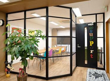 \ カラフルなイス&オシャレな事務所内 / 作業がしやすい広々としたスペースを用意◎ 服装&髪型&髪色&ネイル自由♪゛