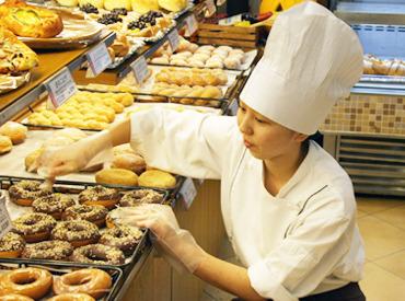 【ベーカリーstaff】\パート&バイトデビュー歓迎!/美味しいパンの匂いに包まれて♪パンの補充etcできることから◎◇学生~中高年も歓迎!!◇