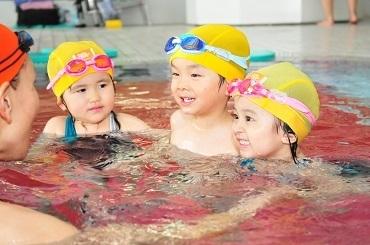 【スイミングSTAFF】「泳げた!!」って言わるのが嬉しい◎未経験スタートだし、出来るか不安…最初は補助からスタート!指導法の研修もあり★