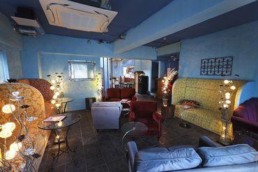 リゾートのプールサイドをイメージしたメインフロア。マレーシア直送の家具類を、ゆったりと配置しています