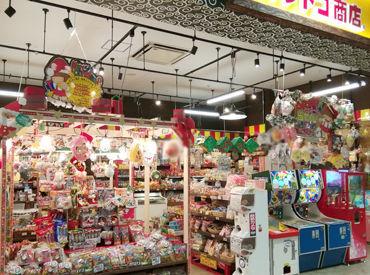 小さいお子さまからご年配の方まで楽しめる、昔懐かしい雰囲気の駄菓子屋さんです♪ スーパーボールやくじ引きなども◎
