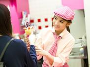 先輩スタッフが優しくクレープの焼き方を教えてくれますよ♪フルーツやクリームをオシャレに盛り付ければ完成◎