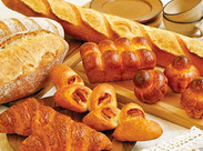 初めて作ったパンをオーブンに入れるときはドキドキ! こんがり焼きたてのいい匂いのパンを取り出すときはワクワク♪