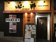木の温もりあふれる、広々とした店内☆ 南海本線「堺」駅から徒歩1分◆ 駅直結のお店だから、雨にも濡れないお店です!