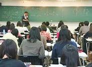 「初めてだし、ちょっと不安」という方も大丈夫♪2名体制なので心強い★教室の定員は大体100名ほど。中規模の大きさなのも◎