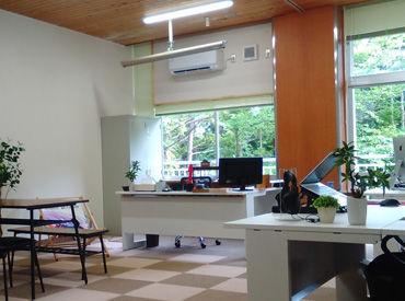勤務地は閉校になった旧小原木中学校内。教室を改装した綺麗なオフィスです。