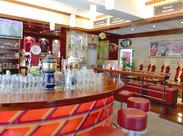Cafe&Ber好き大歓迎♪ 赤と白を基調としたオシャレなお店◎ まるで外国のBarにいるような気分になれますよ(*'ω'*)☆