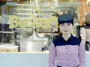 ≪週2日・1日3h~OK◎≫ ステキな笑顔でお出迎え★ かわいい制服も人気です♪ 食事補助もあって財布に優しい!