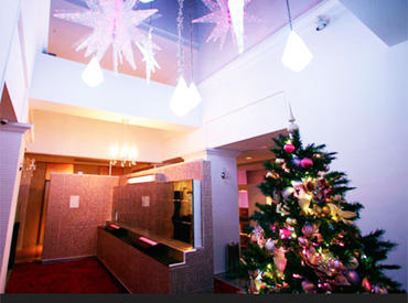 【深夜フロントStaff】(*'▽')<キラキラ可愛いツリーで気分は年中クリスマス♪*゜★★有給休暇あり★★⇒趣味や家族との時間も大切にできます◎