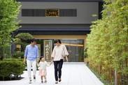 参道から見た「ゆめみどう」です。400年の歴史がある龍澤寺が運営している施設なので、安心して働ける職場です!