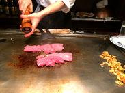 「じゅ~~~!」焼きそば&ステーキを、お客さんの目の前で豪快に焼いてみせるスタイルの為、全席カウンター席なんです◎