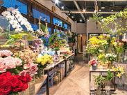 お花屋さんとお菓子屋さんが一緒になった綺麗でオシャレなお店です*スイーツの甘い香りと、お花の甘い香りに包まれて幸せ気分♪
