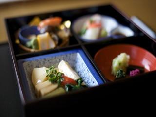 【調理】★日本庭園に面したお座敷と、伝統的な懐石料理でおもてなし♪高級ホテル内の日本料理レストランで調理のお仕事!★
