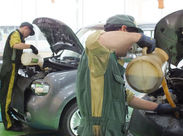 車に詳しくなくても大丈夫!必要なことは丁寧に教えていきます♪まずはタイヤ運びなど、先輩のお手伝いから!