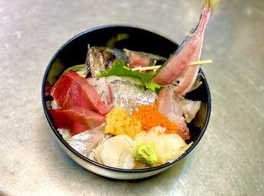 «まかないは…こんな豪華な海鮮丼も♪» ウニやホタテも入っておりますね★バイトが楽しみになっちゃう♪