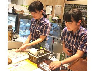 憧れのcafeでお仕事◎ スタッフから人気のかわいい制服が目印!
