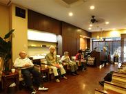 カフェのようなくつろぎ空間~*。木目調の店内は、あったかくてスタッフさんにとっても居心地バッチリ♪