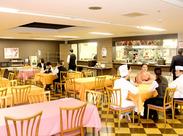 <従業員食堂での食事手当つき♪>綺麗で広々とした食堂には、様々なメニューがあり毎日選べるのも楽しみのひとつです。