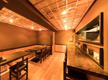 大通りの賑やかさとは、また違う明るい雰囲気♪カウンター3席とテーブル2卓の全12席!こぢんまりとした居心地のよい環境です!!