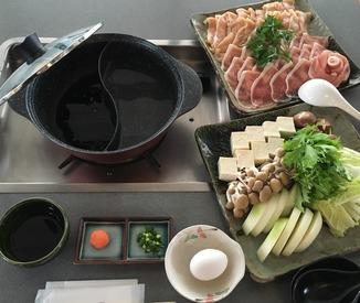 【調理兼ホールスタッフ】団体観光客向けレストランでの調理補助兼簡単なホールです。  家庭料理程度できれば充分♪(シニアの方も歓迎)