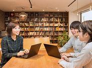 オフィスには休憩スペース、無料ドリンクサーバーも完備♪ とっても快適な環境です(^^♪ 服装髪型も自由☆ ネイルにピアスもOK!